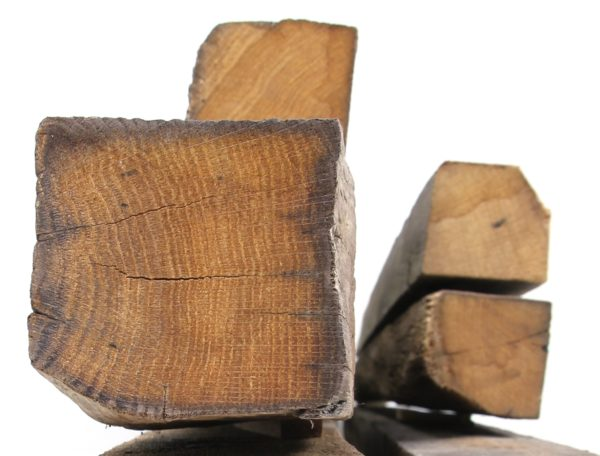 Kreuzholzsparren mit original alter Oberfläche aus Eiche Altholz sind in verschiedenen Maßen erhältlich