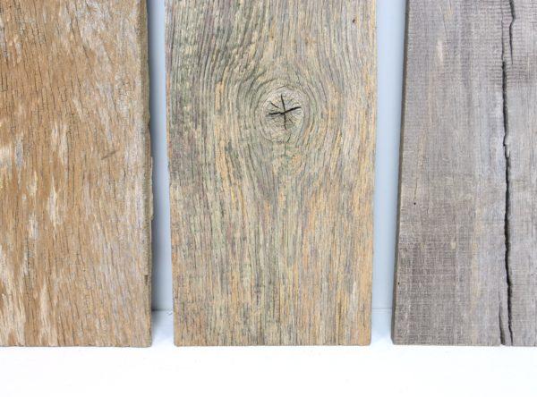 Diese alten Außenwandbretter aus Eiche Altholz haben eine sonnenverbrannte und verwitterte Patina.