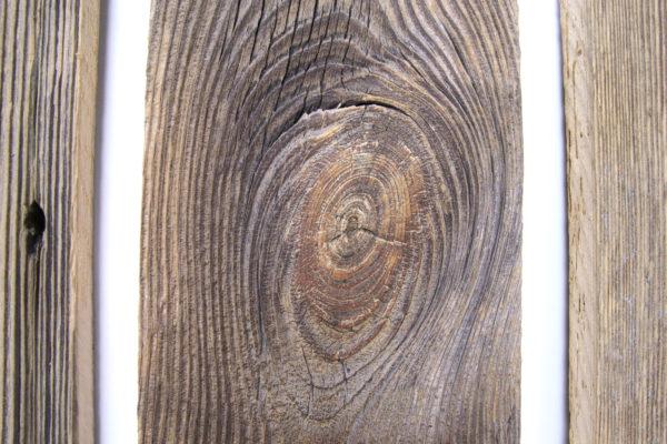 Diese alten Außenwandbretter aus Fichten- oder Tannenholz, Altholz haben eine sonnenverbrannte und verwitterte Patina. Die Oberfläche ist original belassen.