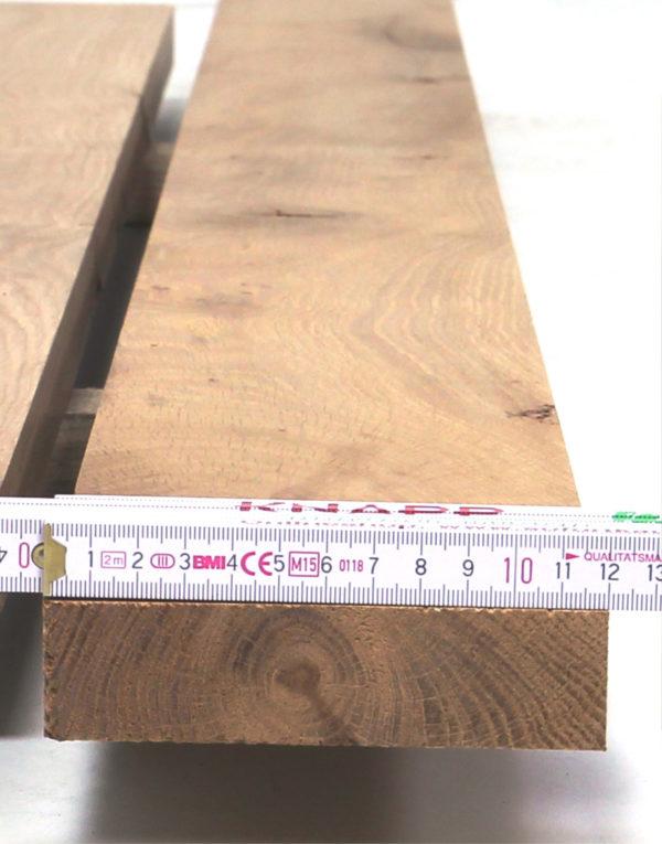 Nach dem Sägen werden unsere Altholzprodukte gebürstet. Das dient nicht nur dem Entfernen von Sägespäne, sondern lässt die Oberfläche schön handgestreichelt wirken.