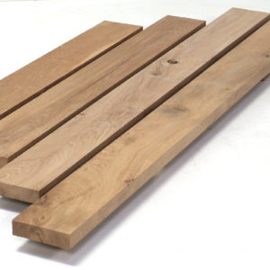 Einbaufertig besäumte und ausgehobelte Bretter aus altem Eichenholz erhalten Sie in unterschiedlichen Maßen.