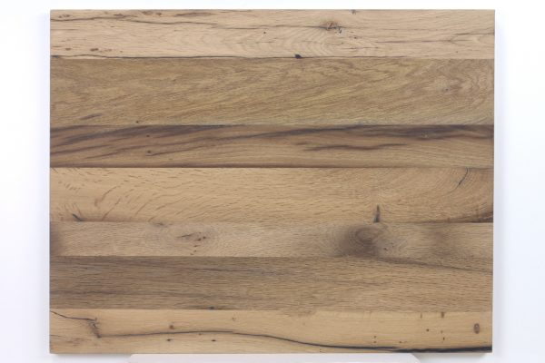 Das bei dieser Tischplatte verwendete Finish ist gebürstet oder geschliffen, gespachtelt und natur-lackiert
