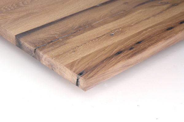 Das bei dieser Tischplatte aus Eiche Altholz verwendete Finish ist geschliffen und hell geölt, oder gebürstet und hell geölt.