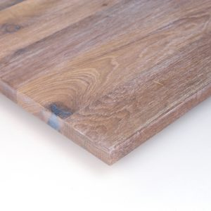 Das bei dieser Tischplatte aus Eiche Altholz verwendete Finish ist gebürstet, gespachtelt und hell geölt, oder geschliffen, gespachtelt und hell geölt.